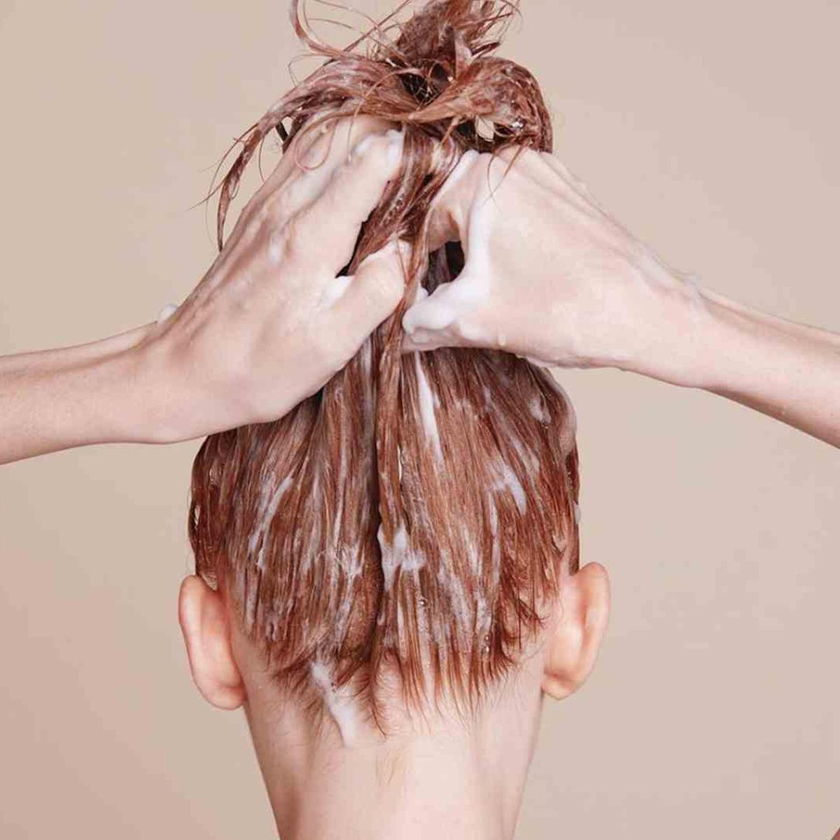 چطور بدون عوض شدن رنگ موها از خواص درمانی حنا استفاده کنیم؟